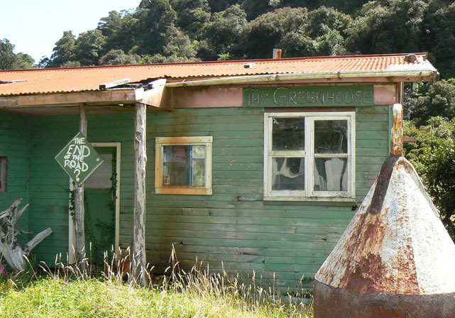 Jackson Bay / Okahu : vieille cabane en bois THE GREENHOUSE, the end of the road ?